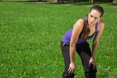 Den unga kvinnan tar ett avbrott efter sportar eller spring Royaltyfri Fotografi