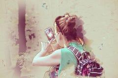 Den unga kvinnan tar fotoet med smartphonen, illustration Arkivfoton