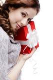 Den unga kvinnan tillfredsställs med en gåva Arkivbilder