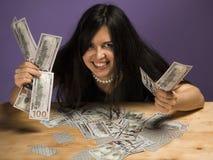 Den unga kvinnan tycker om pengarna Kvinnarop av glädje, därför att hon segrade en stor summa av pengar royaltyfri fotografi