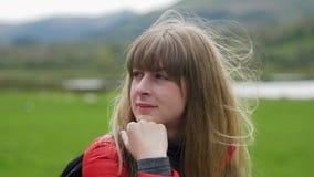 Den unga kvinnan tycker om den underbara gröna naturen av Irland arkivfilmer