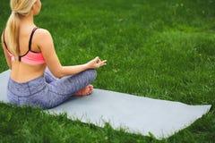 Den unga kvinnan utomhus, kopplar av meditation poserar Royaltyfri Foto