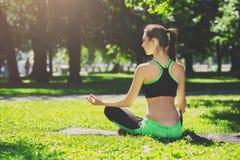 Den unga kvinnan utomhus, kopplar av meditation poserar Arkivbilder