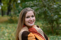 Den unga kvinnan värmes av en halsduk fotografering för bildbyråer