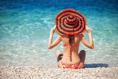 Den unga kvinnan vilar på stranden Royaltyfri Fotografi