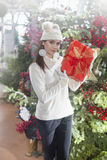 Den unga kvinnan visar att hennes gåvapackar inom jul shoppar Arkivfoton