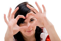 Den unga kvinnan visar fingerhjärtasymbol Royaltyfri Fotografi