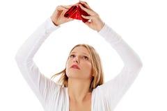 Den unga kvinnan visar henne den tomma plånboken konkurs Royaltyfria Foton