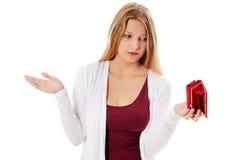 Den unga kvinnan visar henne den tomma plånboken konkurs Royaltyfria Bilder