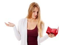 Den unga kvinnan visar henne den tomma plånboken konkurs Arkivbilder