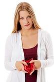Den unga kvinnan visar henne den tomma plånboken konkurs Royaltyfri Fotografi