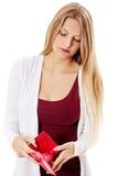 Den unga kvinnan visar henne den tomma plånboken konkurs Arkivbild