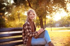 Den unga kvinnliga konstnärteckningen skissar, medan sitta Fotografering för Bildbyråer