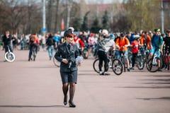 Den unga kvinnliga polisen är på den Lenin fyrkanten i Homel, Vitryssland Arkivbild