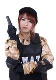 Den unga kvinnliga polisen med handeldvapnet Fotografering för Bildbyråer
