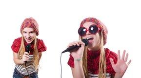 Den unga kvinnliga sångaren med mic på vit Royaltyfria Foton