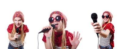 Den unga kvinnliga sångaren med mic på vit Royaltyfri Bild