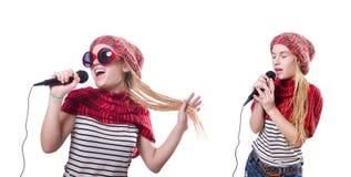 Den unga kvinnliga sångaren med mic på vit Arkivbilder