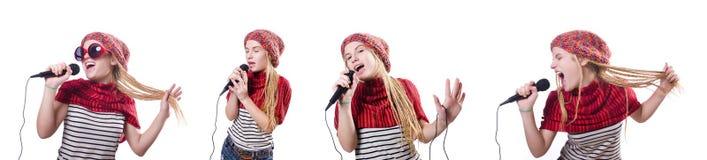 Den unga kvinnliga sångaren med mic på vit Royaltyfri Foto