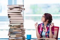 Den unga kvinnliga studenten som förbereder sig för examina Arkivfoto