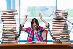 Den unga kvinnliga studenten som förbereder sig för examina Arkivbild