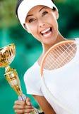 Den unga kvinnligtennisspelaren segrade matchen Royaltyfri Foto