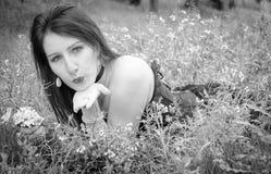 Den unga ladyen överför en kyss Arkivfoton