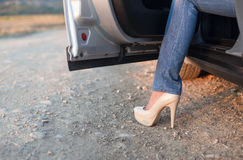 Den unga ladyen får ut ur bilen Royaltyfri Bild