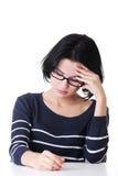 Den unga ledsna kvinnan, har stor problem eller fördjupning Royaltyfri Bild