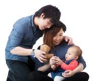 Den unga lyckliga familjen med behandla som ett barn flickan arkivfoton