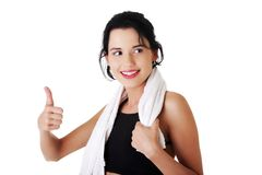 Den unga lyckliga idrottskvinnavisningen tummar upp Royaltyfri Foto