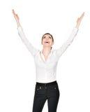 Den lyckliga kvinnan med lyftt räcker upp i vitskjorta Royaltyfri Fotografi