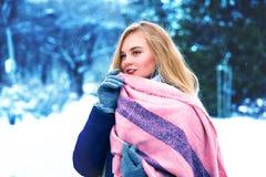 Den unga lyckliga kvinnan tycker om den insnöade vinterstaden parkerar utomhus- Arkivbilder