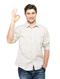 Den unga lyckliga manen med ok undertecknar Fotografering för Bildbyråer