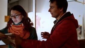 Den unga lyckliga parmannen och den attraktiva flickan går arkivfilmer