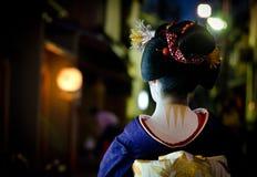 Den unga maikoen går i gatorna av det Gion hörnet arkivfoton