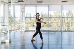 Den unga manliga balettdansören Posing, Man övning Fotografering för Bildbyråer
