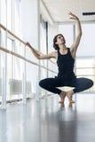 Den unga manliga balettdansören Posing Near Barre, Man övning in Royaltyfri Fotografi