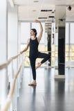 Den unga manliga balettdansören Posing Near Barre, Man övning Royaltyfri Foto