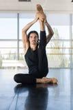 Den unga manliga balettdansören Sit On Floor Stretching, Man övning Royaltyfria Foton