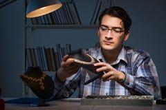 Den unga manliga juveleraren som arbetar på natten i hans seminarium Royaltyfri Fotografi