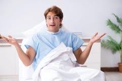 Den unga manliga patienten som ligger p? soffan i sjukhus royaltyfri fotografi