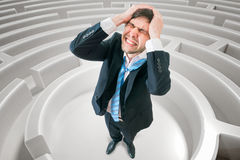 Den unga mannen är förvirrad och borttappad i labyrint 3D framförde illustrationen av labyrint Royaltyfri Bild