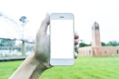 Den unga mannen använder hans mobiltelefon för att ta bilder av hans minnen arkivfoto