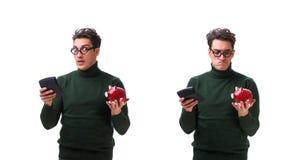 Den unga mannen för nerd med piggybank som isoleras på vit arkivbild