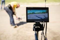 Den unga mannen förbereder sig att lansera ett surr på en konkurrens arkivfoto