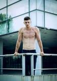 Den unga mannen förbereder sig för hård utbildning framme av sportmitten Royaltyfria Bilder
