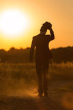 Den unga mannen går i solnedgång 3 Royaltyfri Foto