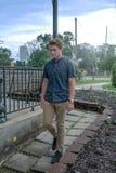 Den unga mannen går ner stenen belagd med tegel bana arkivfoto