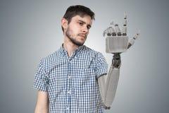 Den unga mannen har den robotic handen som ett utbyte för hans hand 3D framförde illustrationen av handen Arkivbilder